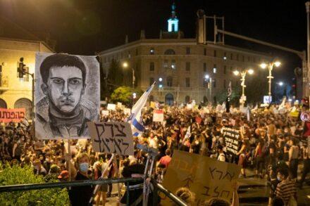 """הססמה """"צדק לאיאד"""" מבטאת הזדהות עם הקרבנות. ציור של איאד אלחלאק במחאת בלפור (צילום: אורן זיו)"""