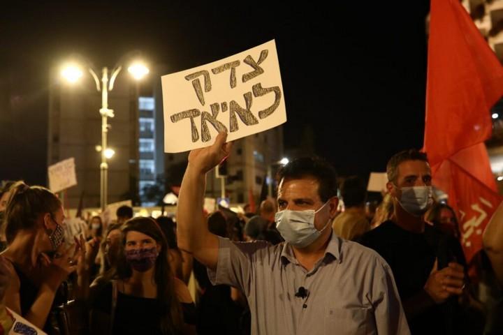 אם לפיד רוצה לחבק את ההפגנות, הוא צריך גם לחבק את השלטים נגד הכיבוש. איימן עודה במחאת בלפור (צילום: אורן זיו)