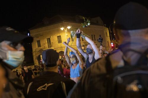 המפגינים בהפגנת הימין היו פסיבים רוב הזמן. המפגינים משמאל לא הפסיקו לצעוק, לשיר, להתפשט ולהיעצר. מפגינים מול שוטרים במחאה ביום חמישי בירושלים (צילום: אורן זיו)