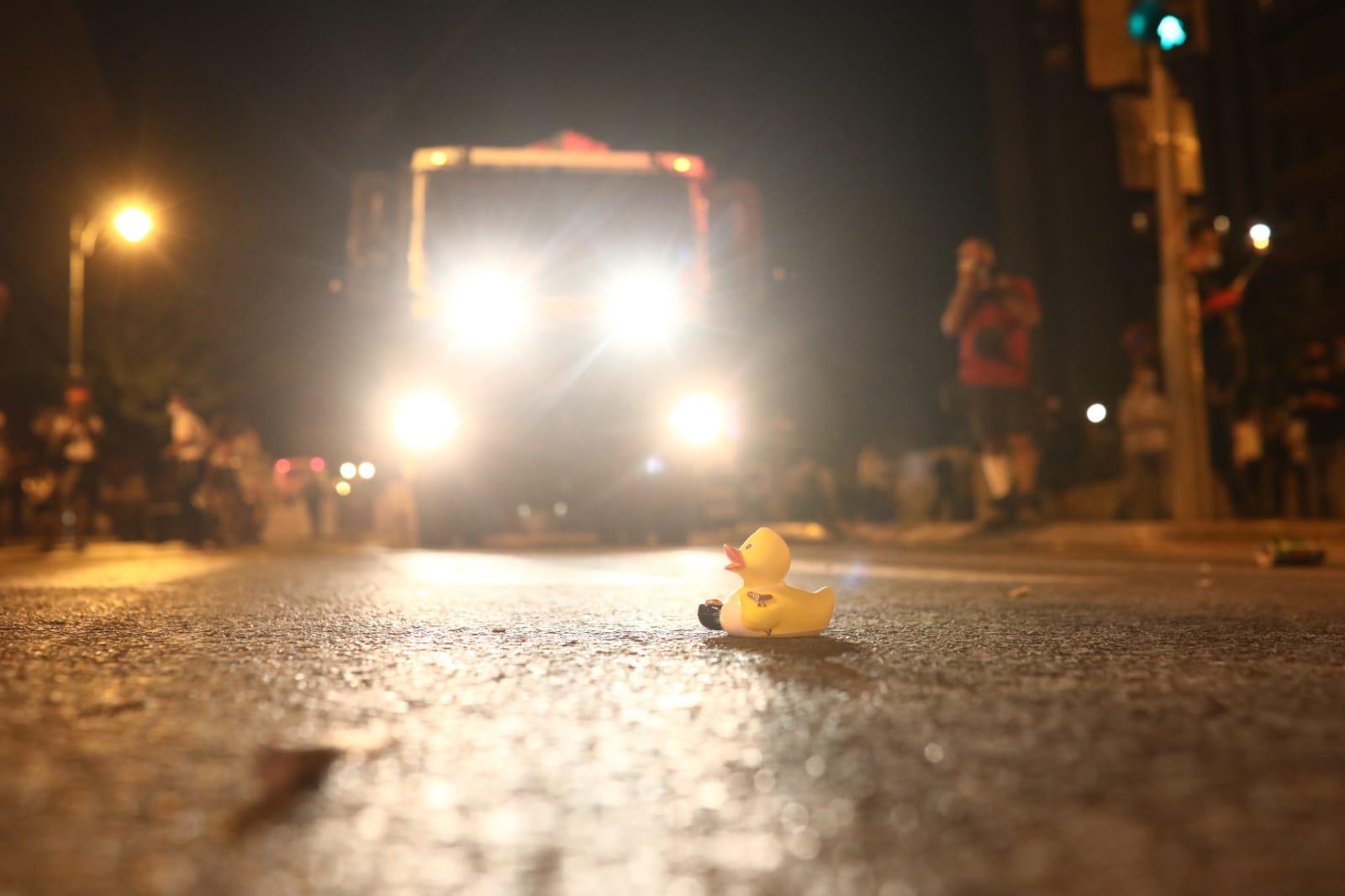 ברווזון מיותם על הכביש בהפגנה בירושלים, 25 ביולי 2020 (צילום: אורן זיו)