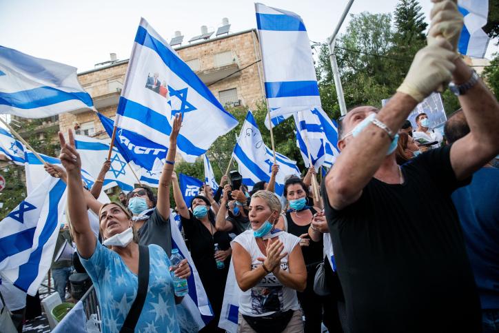 דיברו אבישי בן חיימית שוטפת. המפגינים בעד נתניהו ביום חמישי (צילום: יונתן זינדל / פלאש 90)