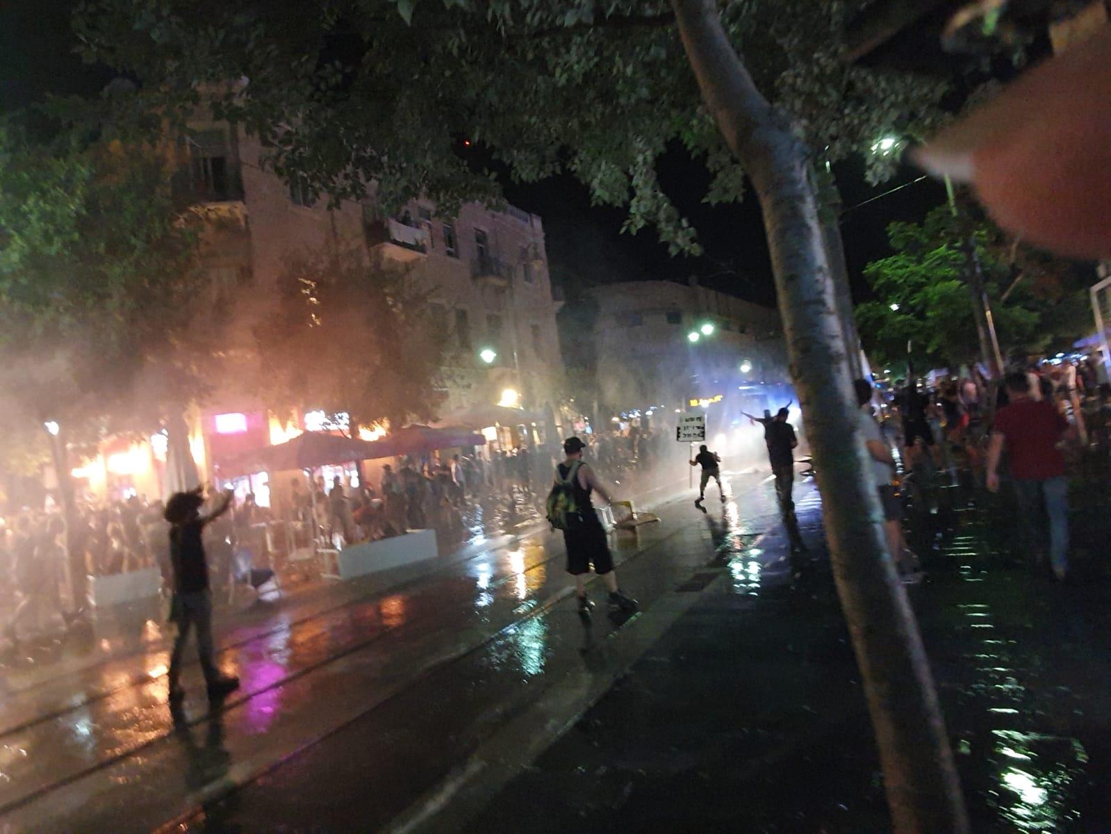 פיזור מפגינים באמצעות זרנוקים אחרי ההפגנה בבלפור ביום הבסטיליה (צילום: אורלי נוי)