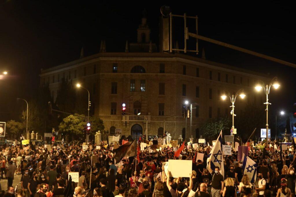 מפגינים מול מעון ראש הממשלה, 25 ביולי 2020 (צילומים: אורן זיו)