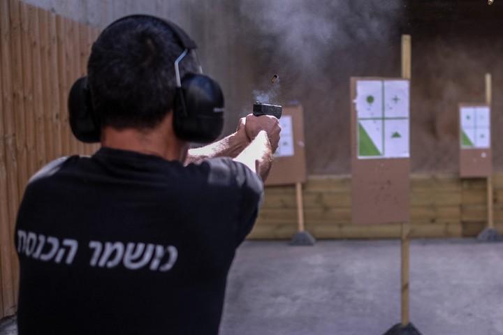 """בתקופה בה נאסר על מאבטחים לקחת נשק הביתה, אף אשה לא נרצחה מנשק """"מורשה"""". ירי במטווח. למצולם אין קשר לכתבה (צילום: יניב נדב / פלאש 90)"""