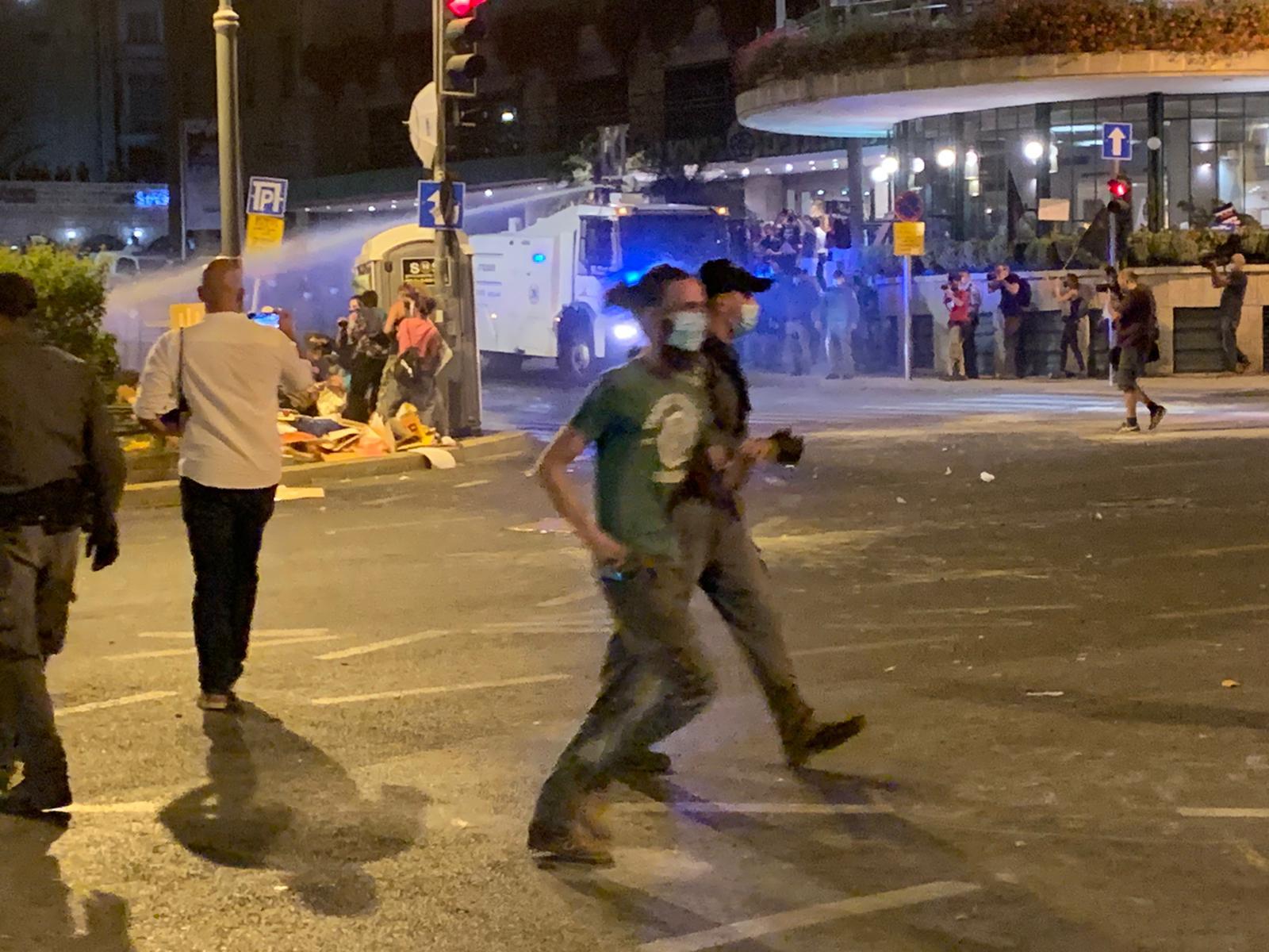 המשטרה מפעילה מכתזית בהפגנה בבלפור ב-25 ביולי (צילום: חגי מטר)