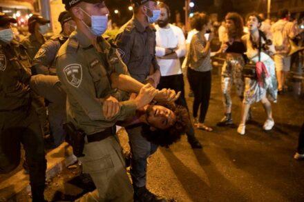 המשטרה בירושלים הגיבה בלי שום פרופורציה. מפגין נלקח על ידי השוטרים במחאה אתמול בירושלים (צילום: אורן זיו)