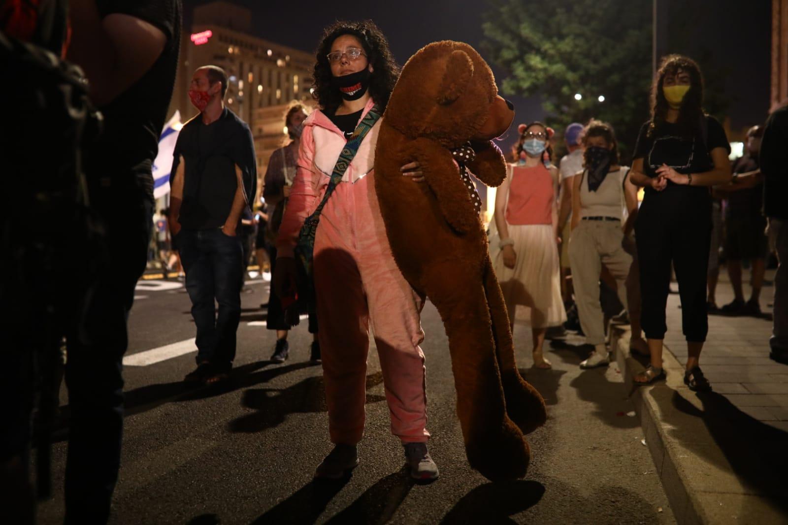 מפגינה עם דובי בבלפור 16.7.20 (צילום: אורן זיו) (צילום: אורן זיו)