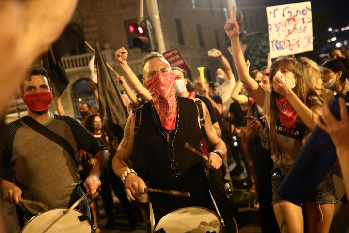 """מתופפים בהפגנה בכיכר פריז בירושלים נגד נתניהו. 25 ביולי 2020 (צילום"""" אורן זיו)"""