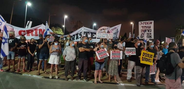 הפגנה מול ביתו הפרטי של נתניהו בקיסריה, 25 ביולי 2020 (צילום: רותי בנין)