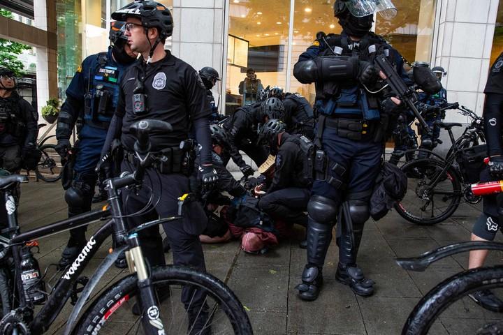 לקחת מכשיר דיכוי - שוטרים על אופניים - ולהפוך אותו למכשיר הגנה על מפגינים (תילופ: קלי קליין CC BY NC ND 2.0)