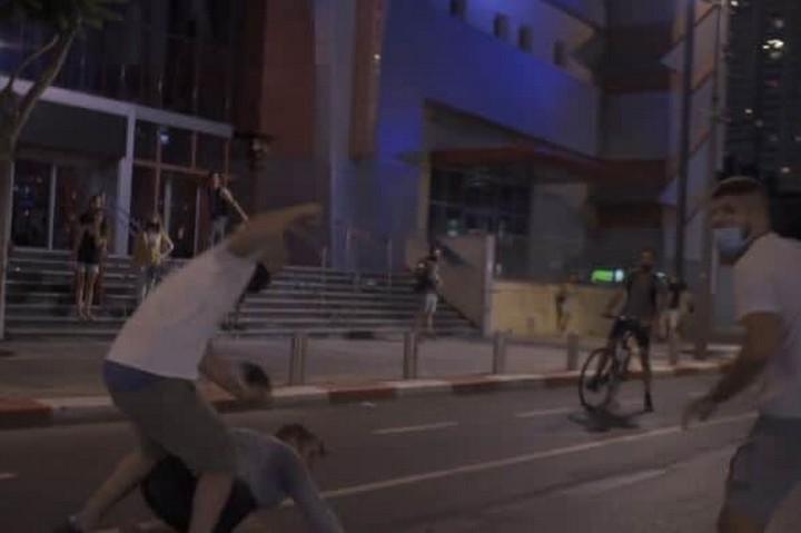 תיעוד תקיפת מפגינים בתל אביב, ב-28 ביולי 2020 (צילום מסך מתוך סרטון של אסף שפיר)