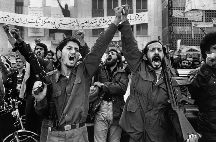"""מפגינים במחאות נגד השאה. הכתובת ברקע: """"יחי האנטי אימפריאליזם והכוחות הדמוקרטיים"""". (צילום מתוך ויקיפדיה)"""