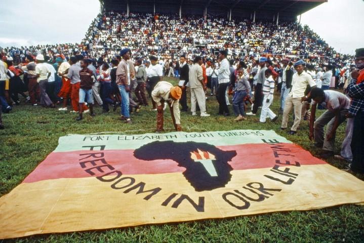 """טקס אשכבה לאנשים שנהרגו על ידי המשטרה הדרום אפריקאית, ביום הבינלאומי לחיסול האפליה הגזעית, ב-1 במרץ 1985 (צילום: האו""""ם)"""