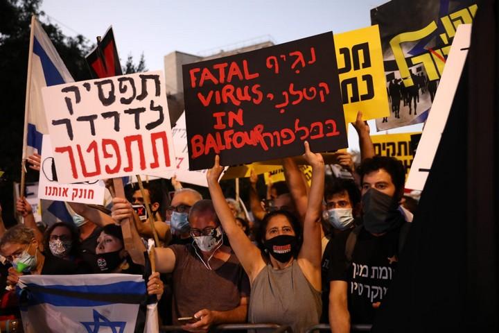 בהפגנות השמאל מרימים שלטים בבלפור: הבן זונה לא יודע .! וזה לא הסתה ? 4