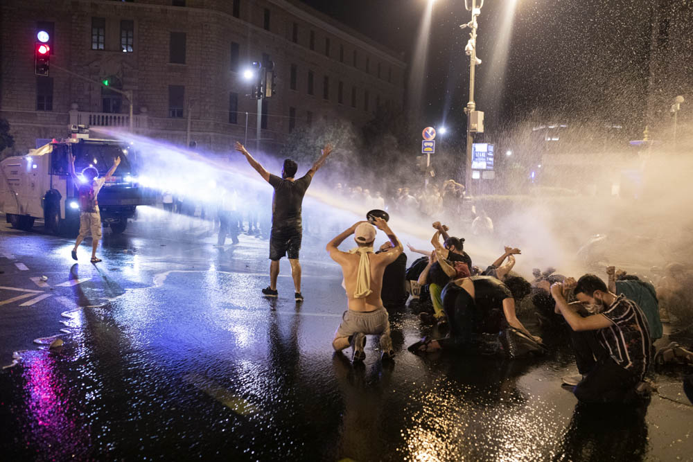 המשטרה מפזרת מפגינים בכיכר פריז, סמוך למעון ראש הממשלה בירושלים, בעזרת תותח מים, 15 ביולי 2020. (צילום: אורן זיו)