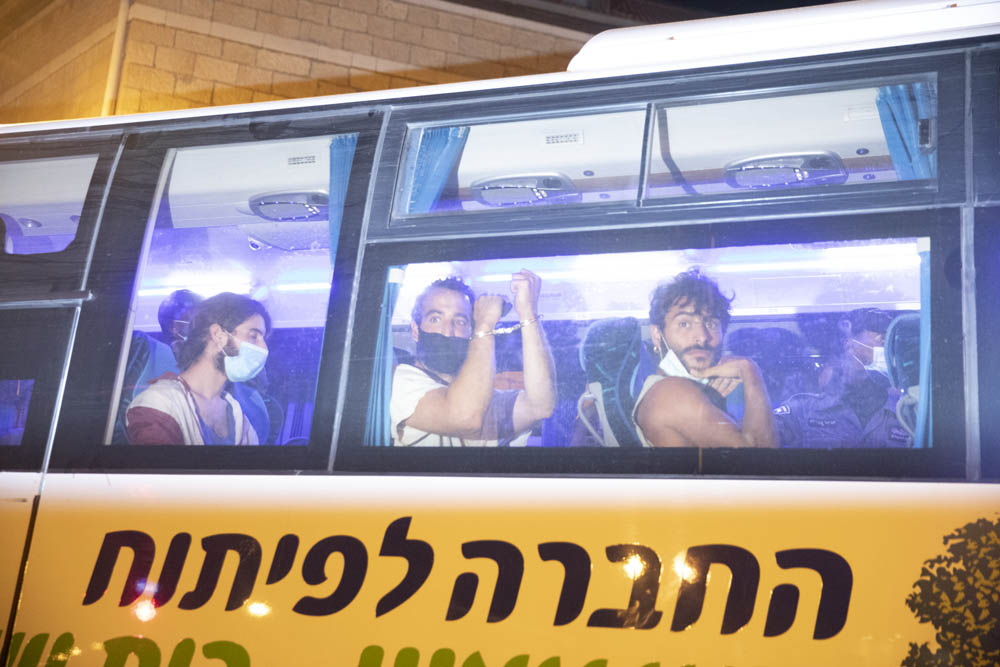 """האוטובוס של """"החברה לפיתוח גוש עציון"""" שבו הוסעו העצורים (צילום: אורן זיו)"""