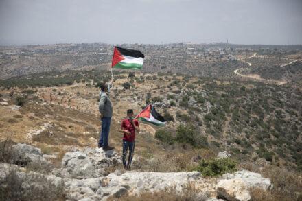 מפגינים פלסטינים מוחים במקום בו מתנחלים ירו אתמול בשני חקלאים פלסטינים, סמוך לכפר בידיא, 6 ביולי 2020 (צילום אורן זיו)