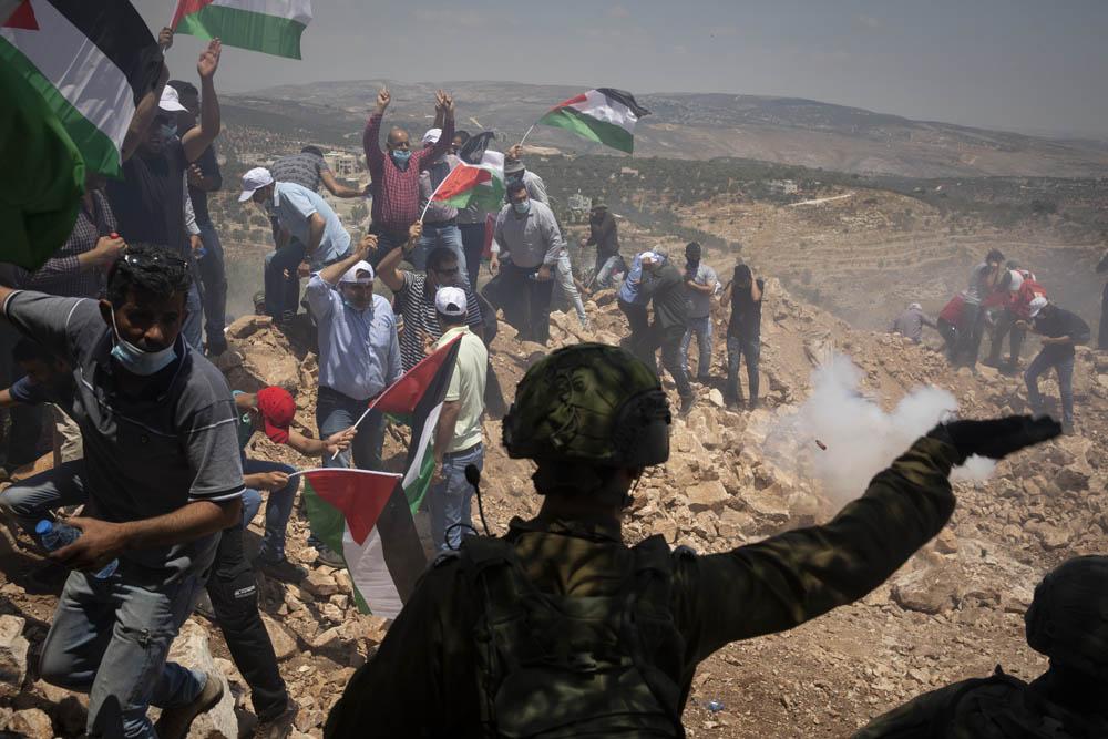 חיילים מפזרים מפגינים פלסטינים במהלך הפגנה בעסירה א-שמאלייה, 10 ביולי 2020 (צילום: אורן זיו)