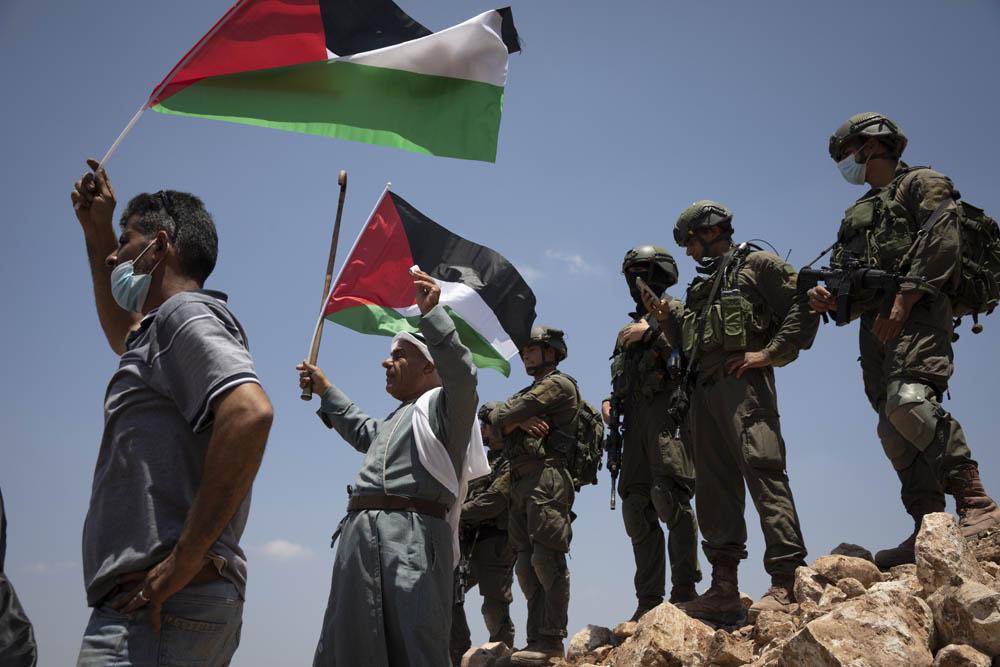 חיילים עומדים על תלולית העפר שהקים הצבא כדי למנוע גישה לאדמות עליהן הוקם מאחז, במהלך הפגנה בעסירה א-שמאלייה, 10 ביולי 2020 (צילום: אורן זיו)