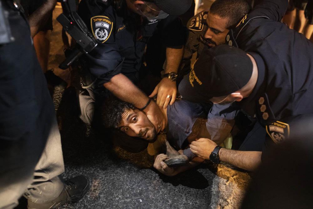 מעצרים וחסימת כבישים בסיום הפגנה בכיכר רבין במחאה על הטיפול הממשלתי במשבר הכלכלי, 11 ביולי 2020 (צילום אורן זיו)