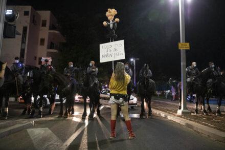 מפגינה חוסמת את שדרות רוטשילד בסיום הפגנה בכיכר רבין במחאה על הטיפול הממשלתי במשבר הכלכלי, 12 ביולי 2020 (צילום אורן זיו)