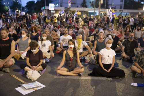 ראינו שהמחאה מתנחמדת למשטרה ורצינו למחות. מדיטציה המונית במהלך הפגנה מול מעון ראש הממשלה, 23 ביולי 2020 (צילום: אורן זיו)