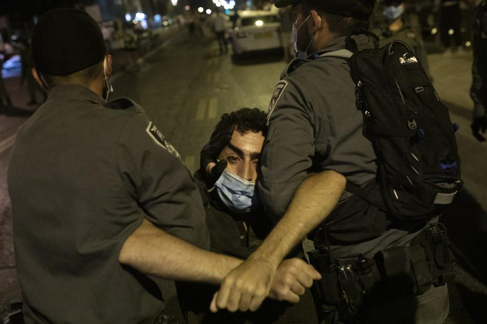 שוטרים עוצרים מפגין במהלך הפגנה מול מעון ראש הממשלה, 24 ביולי 2020 (צילום: אורן זיו)