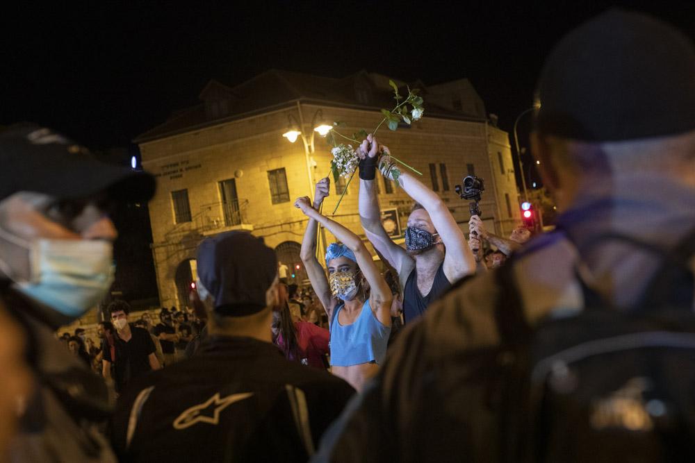 שוטרים מול מפגינים, במהלך הפגנה מול מעון ראש הממשלה, 24 ביולי 2020 (צילום: אורן זיו)