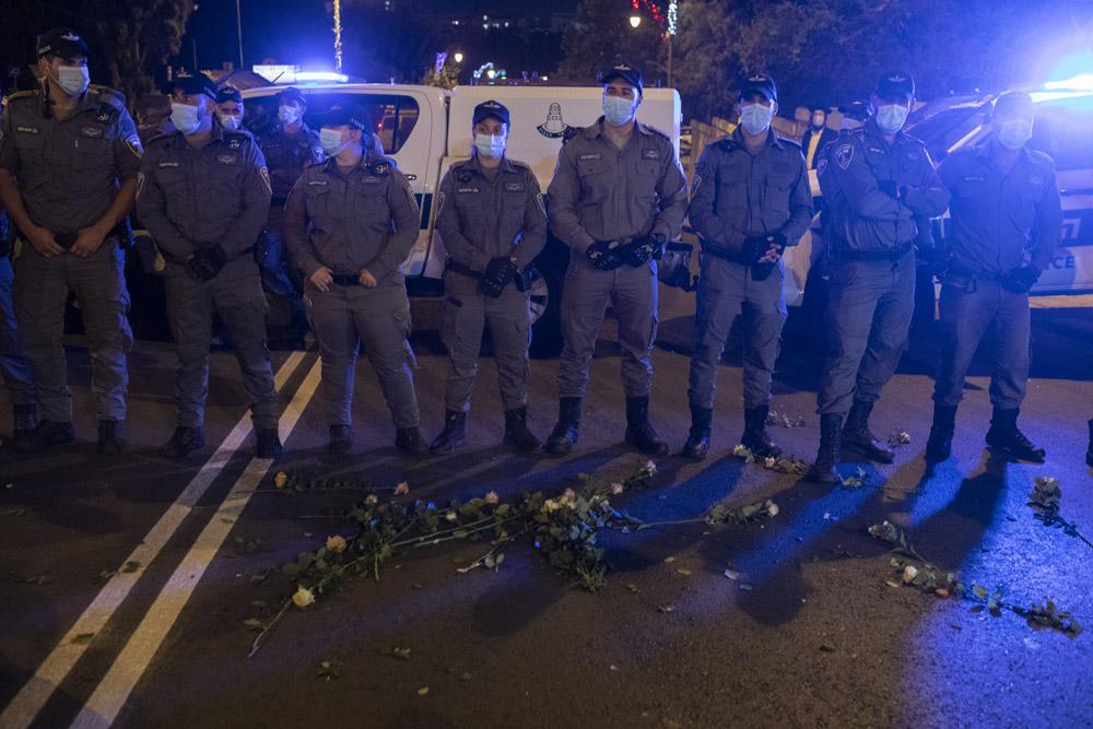 פרחים ששוטרים סירבו לקחת ממפגינים, במהלך הפגנה מול מעון ראש הממשלה, 23 ביולי 2020 (צילום: אורן זיו)