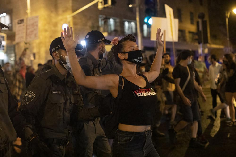 שוטרים מפגנים מפגינים במהלך הפגנה מול מעון ראש הממשלה, 24 ביולי 2020 (צילום: אורן זיו)