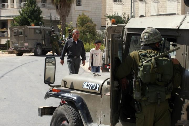 אם תיתפס, הצבא הישראלי יכול לעצור, לכלוא ולגרש אותה בחזרה לעזה. חיילים מפטרלים ברמאללה (עיסאם רימאווי / פלאש 90)