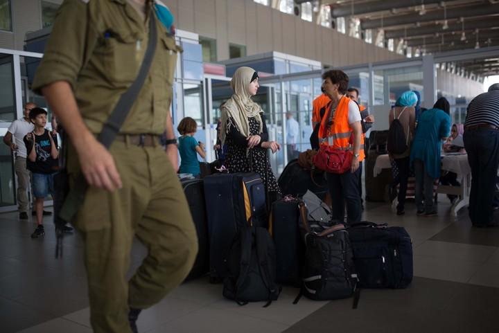 """""""עזה היא כרטיס בכיוון אחד. אם אתה עובר לשם, אתה לא תחזור יותר"""". פלסטינים במעבר ארז (פלאש 90)"""