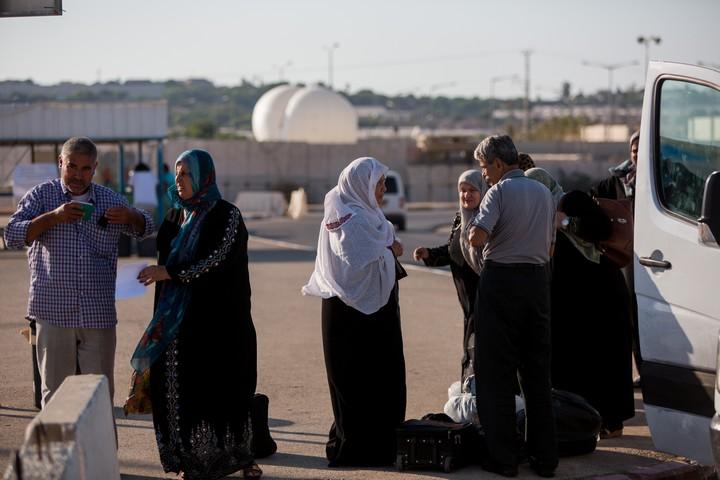 """""""הזמן שלנו הולך ואוזל"""". פלסטינים במעבר ארז (יונתן זינדל / פלאש 90)"""