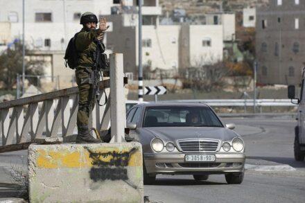 חיילים ישראלים במחסום בחברון, ב-23 בדצמבר 2017 (צילום: וויסאם השלמון / פלאש90)