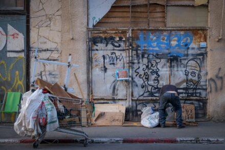 אדם מחפש בזבל בתל אביב (צילום: שרה קלאט / פלאש90)