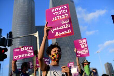 הפגנה על המצב הכלכלי והיעדר הסיוע מצד הממשלה, בצומת עזריאלי בתל אביב, ב-29 ביוני 2020 (צילום: תומר נויברג / פלאש90)