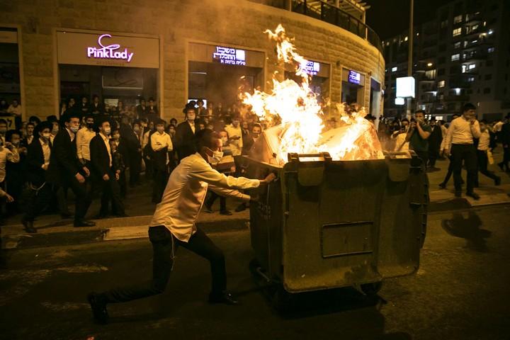 חרדים מפגינים בשכונת רוממה בירושלים נגד סגר הקורונה, ב-13 ביולי 2020 (צילום: אוליבייה פיטוסי / פלאש90)