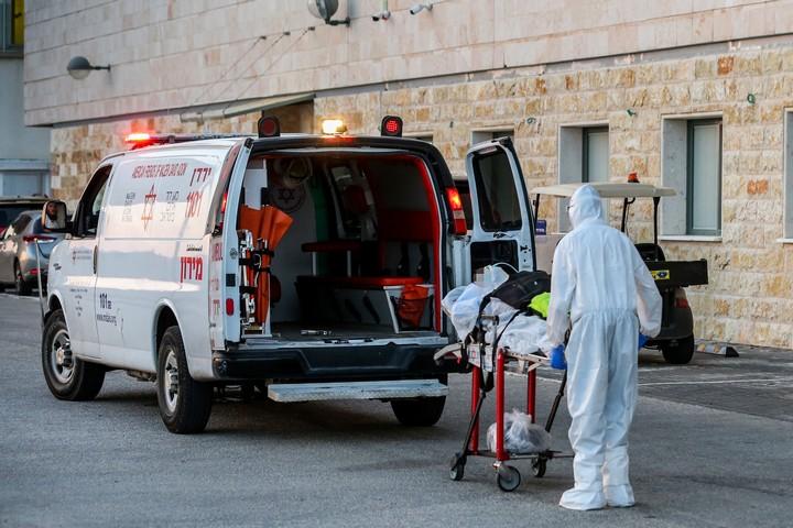 """איש מד""""א מפנה חולה קורונה למרכז הרפואי זיו בצפת, ב-19 ביולי 2020 (צילום: דוד כהן/פלאש90)"""