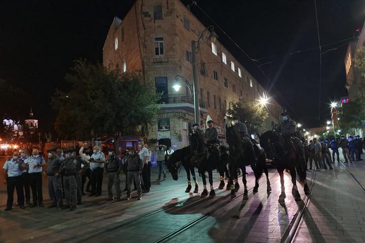פרשי משטרה מפזרים את המפגינים בירושלים, ב-14 ביולי 2020 (צילום: אורלי נוי)