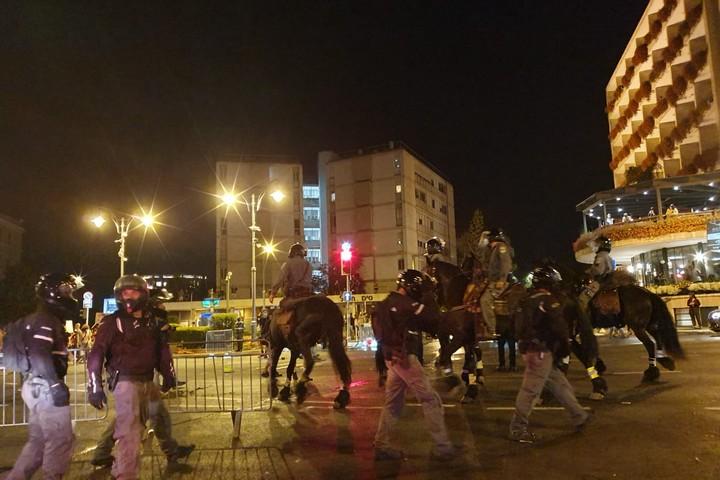 מוחים ומשטרה ליד מעון ראש הממשלה בבלפור בירושלים, ב-14 ביולי 2020 (צילום: אורלי נוי)