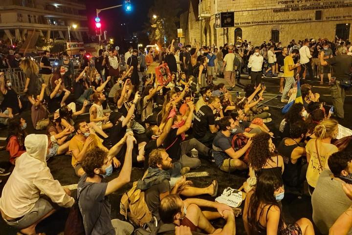 מפגינים חוסמים את הצומת ליד בלפור, ב-15 ביולי 2020 (צילום: אורלי נוי)