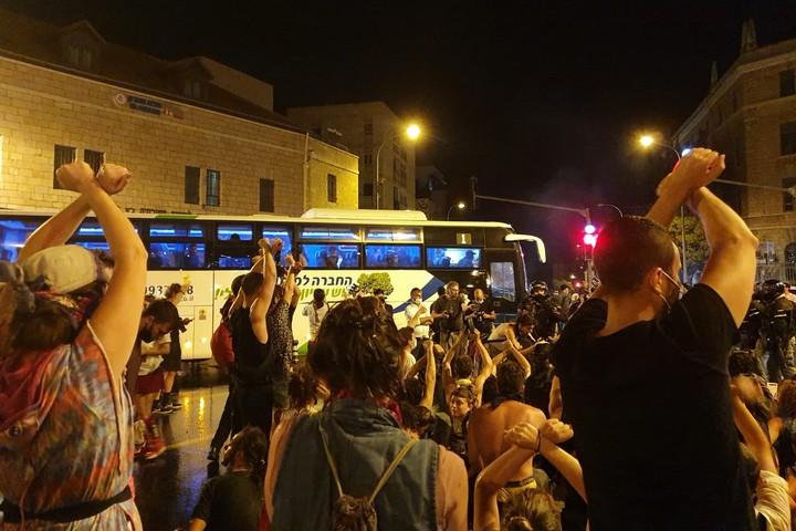 אוטובוס עצורים בבלפור, ב-15 ביולי 2020 (צילום: אורלי נוי)