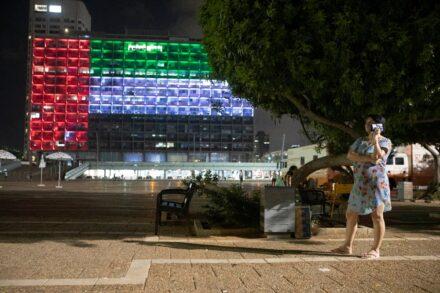 בניין עיריית תל אביב מואר בצורת דגל איחוד האמירויות (צילום: אורן זיו)