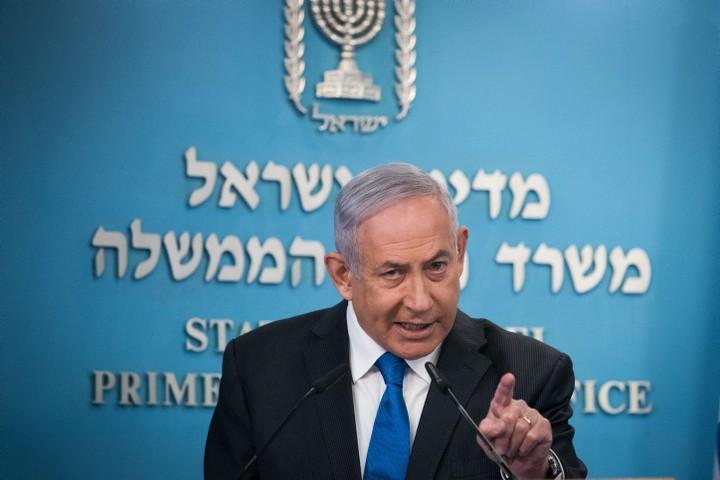 ההסכם עם האמירויות משתלב עם הכוונה לעשות הסדרים עם העולם הערבי מאחורי גבם של הפלסטינים. נתניהו מכריז על ההסכם עם מוחמד בן זייד (צילום: יונתן זינדל / פלאש 90)