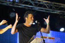 אנחנו היינו מובטלים, אבל אתם אלה שלא עבדתם. איל ביז'אווי בעצרת אתמול בגן צ'רלס קלור בתל אביב (צילום: מוטי קמחי)