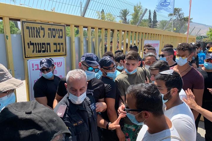 הפעילים רצו להגיע לאסי. בקיבוץ הגיבו בסגירת השער. שוטרים חוסמים את השער בניר דוד, בהפגנה למען שחרור האסי (צילום: חגי מטר)