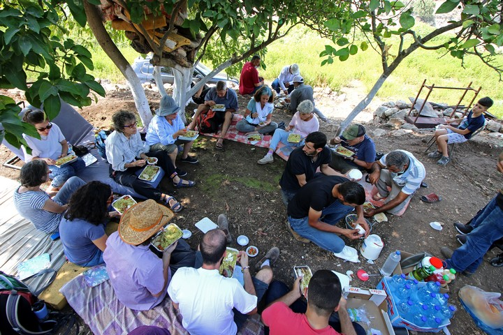 התלונה עזרה הפעם. פעילים פלסטינים וישראלים בארוחת צהריים שארגן בעל הקרקע מדיר איסתיא שעל אדמתו הקימו מתנחלים בריכה (צילום: אחמד אל-באז)
