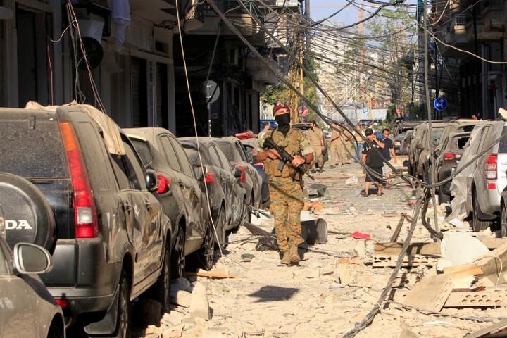 חייל מפטרל ברחובות ביירות אחרי הפיצוץ. חיזבאללה נתפס כחלק מהממסד הכושל