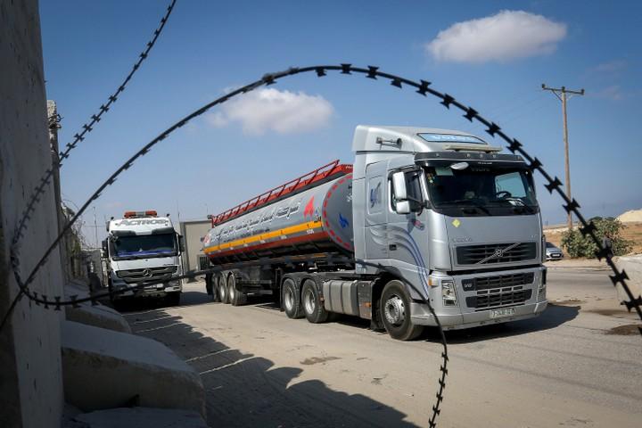 כל סחורה שנכנסת או יוצאת מרצועת עזה צריכה לקבל אישור מישראל. משאית במעבר כרם שלום בין הרצועה לישראל (צילום: עבד רחים ח'טיב / פלאש 90)