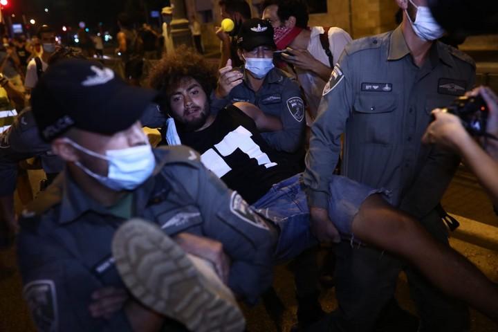 המשטרה עוצרת מפגין במחאת בלפור בערב, 22.8.20 (צילום: אורן זיו)